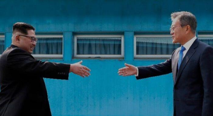 Kim Jong-un dan Moon Jae-in berdamai.