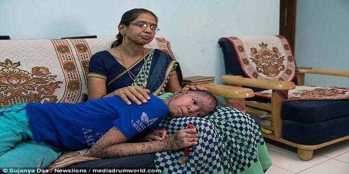 Madhuri Gupta mencoba putri-putrinya nyaman