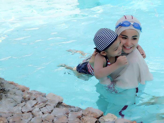 Berenang bersama si kecil.