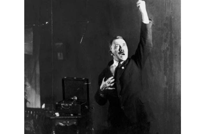 Hitler gemar selfie saat latihan pidato