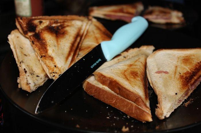 Roti bakar jadi menu sahur anak kos