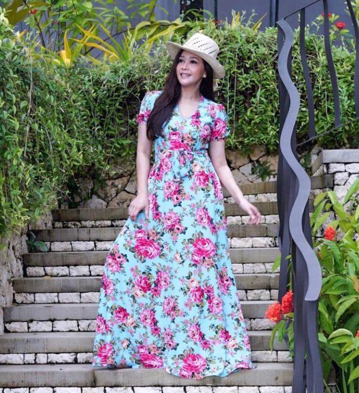 Maia Estianty kenakan maxi dress floral yang dipadukan dengan panama hat