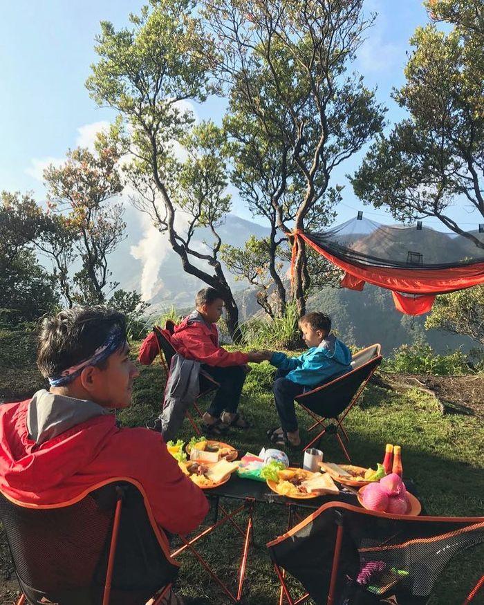 Kedua putra Dona bersama Darius tampak menikmati suasana Gunung Papandayan