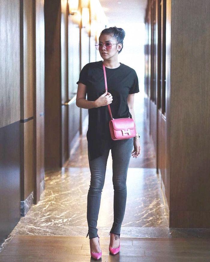 Olla Ramlan tampil dengan kaus oblong warna hitam serta frayed jeans