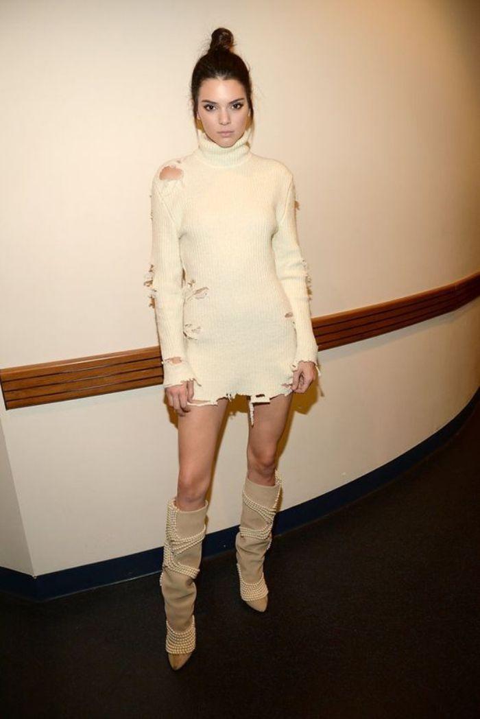 Kendall Jenner tampil dengan ripped sweater