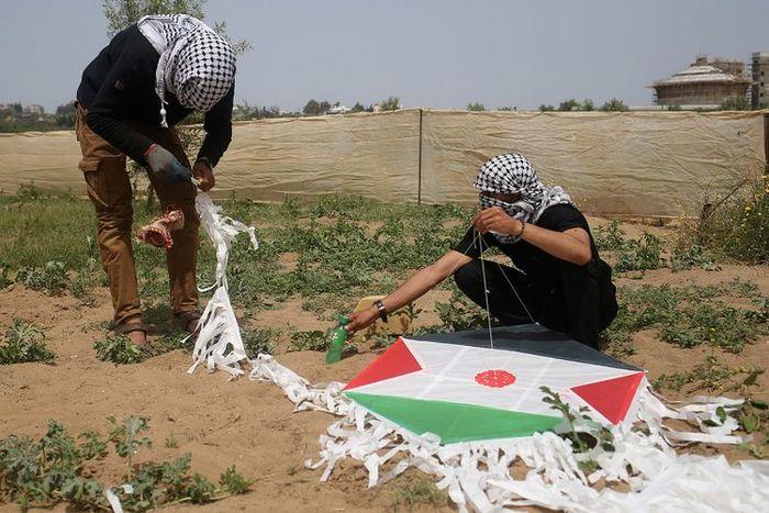 Pemuda Palestina merakit bom layang-layang.