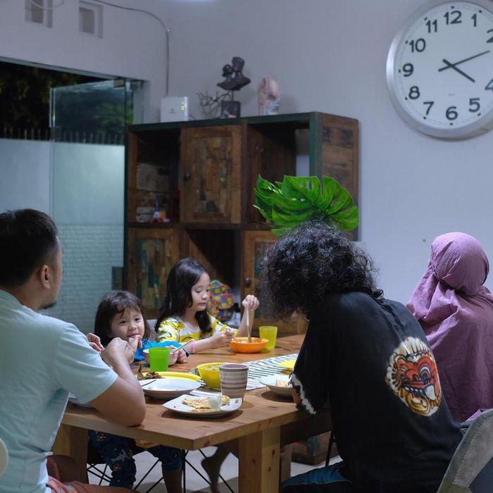 Suasana sahur hari pertama keluarga Zaskia Adya Mecca