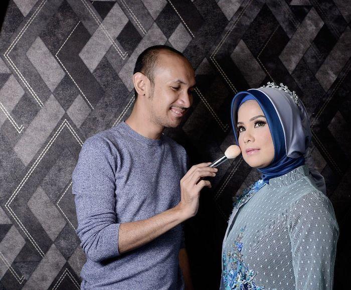Annisa mengenakan hijab berwarna biru