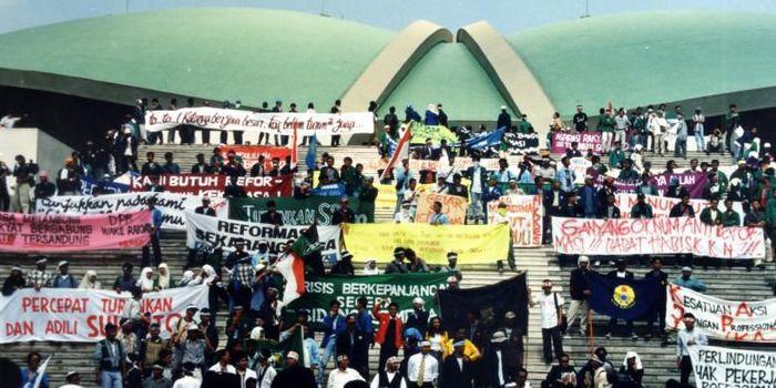 Mahasiswa menduduki Gedung MPR/DPR, menuntut Presiden Soeharto mundur dari jabatannya. Foto diambil