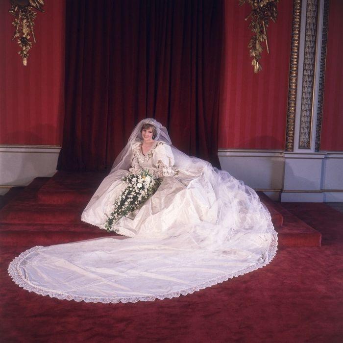 Putri Diana dan gaun pengantinnya.