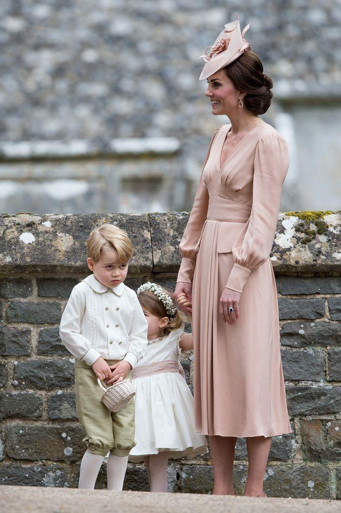Kate Middleton mengenakan long-sleeve midi dress karya Alexander McQueen di pernikahan adiknya, Pippa Middleton