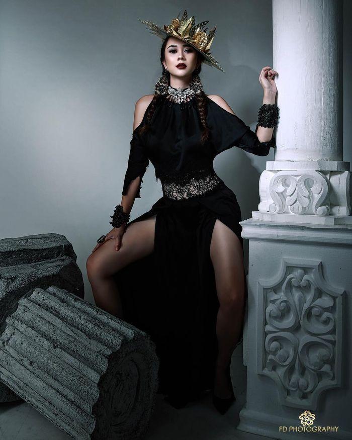 Aura Kasih dengan dress cut out berwarna hitam