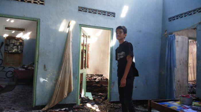 Kondisi rumah Tri Iswanti setelah dibakar sang anak.