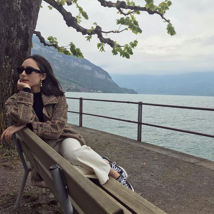Tatjana Saphira dengan paduan coat dan sneakers