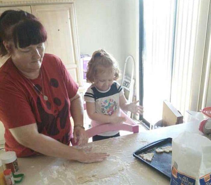 Laura Fisher membantu Bella membuat kue ulang tahun untuk ibunya