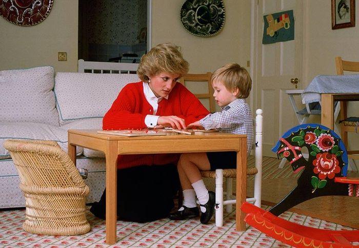 Putri Diana tengah mendampingi putranya belajar | Hellomagazine.com