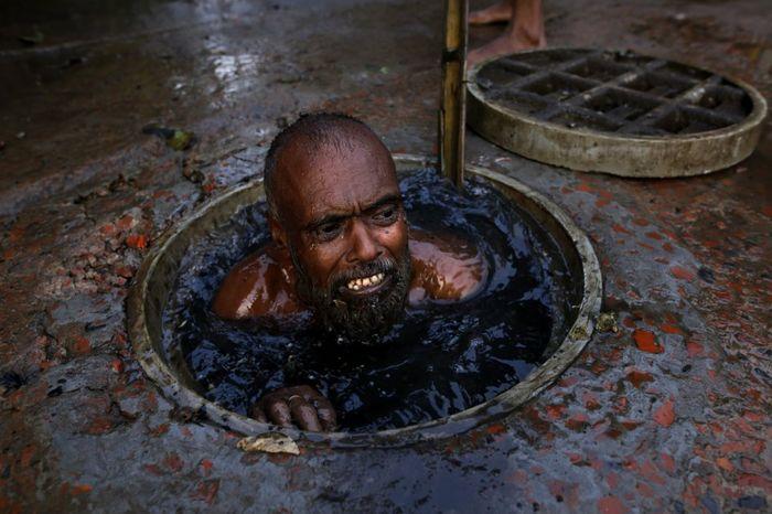 Pembersih saluran pembuangan di Bangladesh.