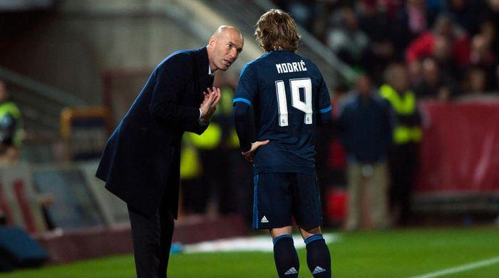 Zidane memberikan arahan pada pemainnya Luka Modric