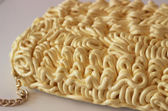 Tas berbentuk mie instan ini terbuat dari foam busa yang cukup padat