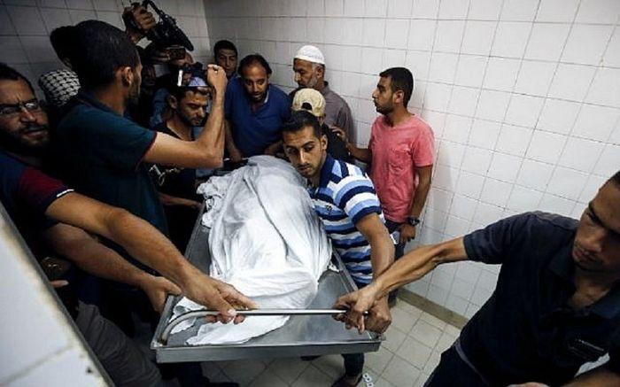 Rekan paramedis Palestina membawa jenazah Razan