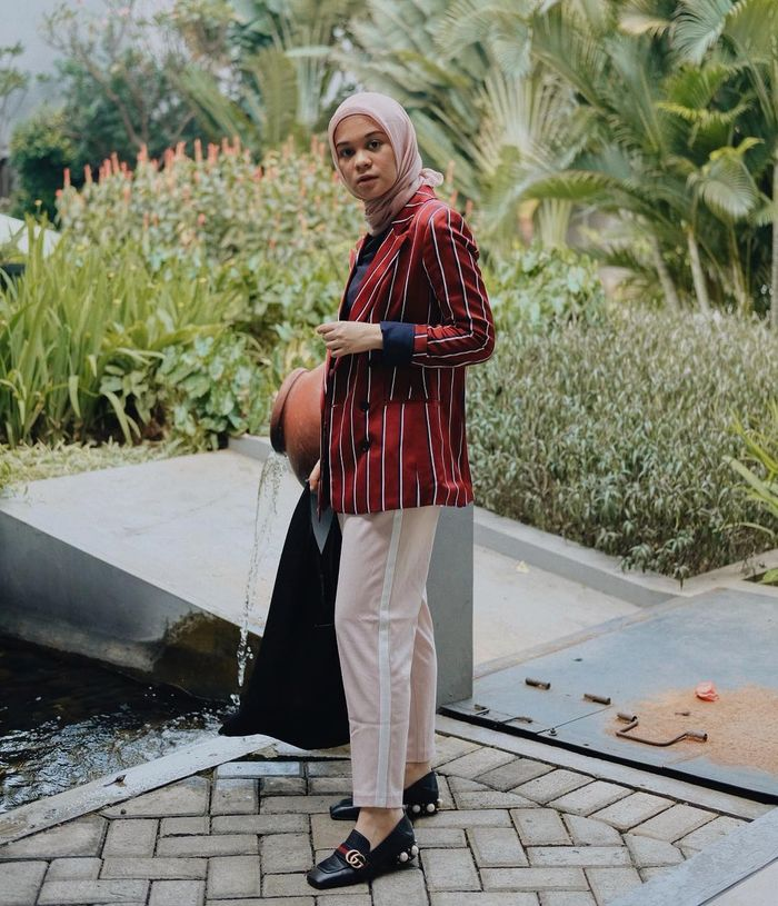 Striped Blazer Tampil Modern | Instagram @tantrinamirah