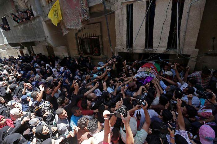 ribuan orang mengantar jenazah Razan saat pemakamannya