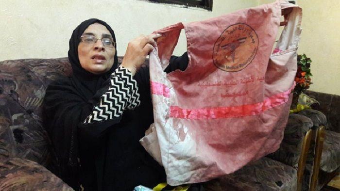 Sabreen membawa jas medis putrinya, Razzan al Najjar