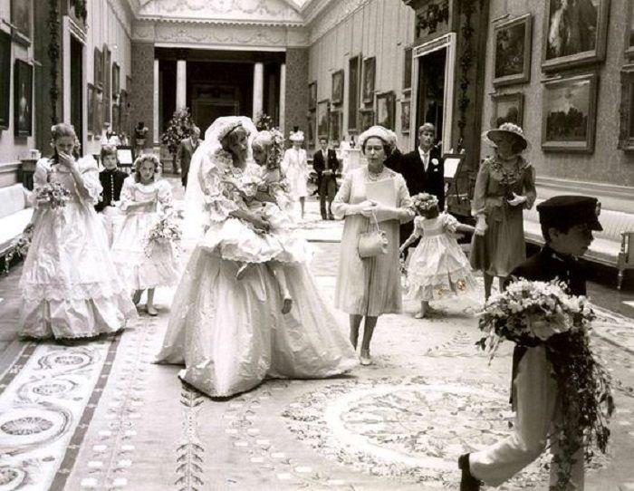 Momen ketika Putri Diana menggendong pengiring kecilnya dalam hari pernikahan