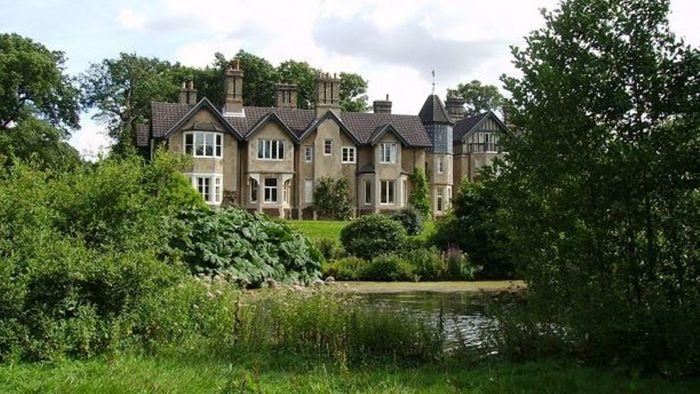 York Cottege yang diberikan Ratu Elizabeth II kepada Pangeran Harry dan Meghan.