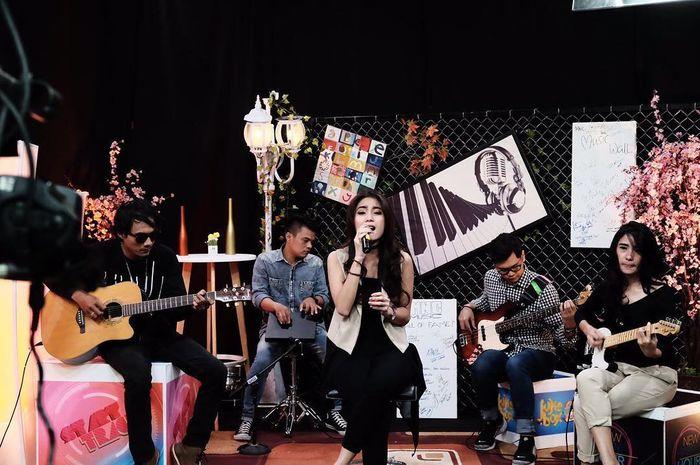 Monica Imas, vokalis band The Sign