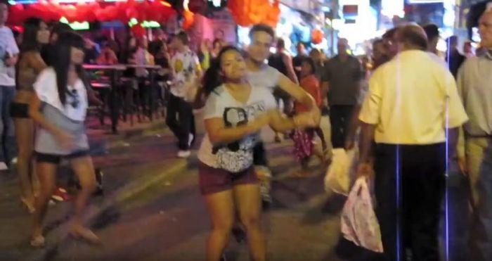 Seorang wanita dilecehkan di depan umum oleh seorang pria asing.