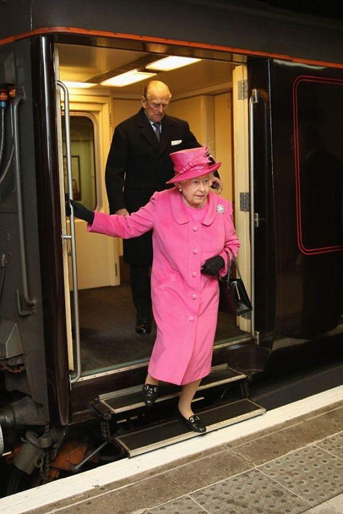 Ratu Elizabeth turun dari kereta | metro.co.uk