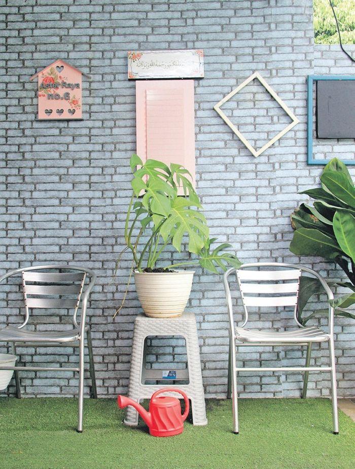 Teras rumah  juga bisa menjadi salah satu spot foto dengan menambahkan hiasan dinding yang unik