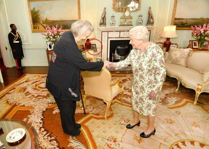 Thea Musgrave mempersembahkan medali kepada Ratu