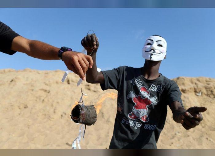 Warga Palestina bersiap untuk menerbangkan layang-layang