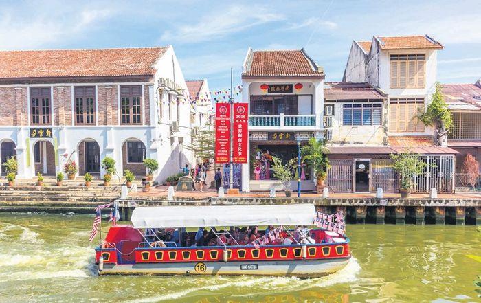 Cara asyik menikmati Sungai Melaka adalah naik kapal wisata Melaka River Cruise.