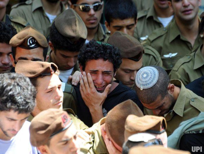 Kelompok tentara Israel nangis bareng