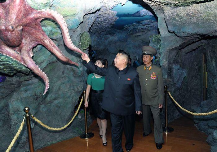 Kim dan Ri menghadiri upacara pembukaan Tanah Kesenangan Rakyat Rungna di Rungna Islet.