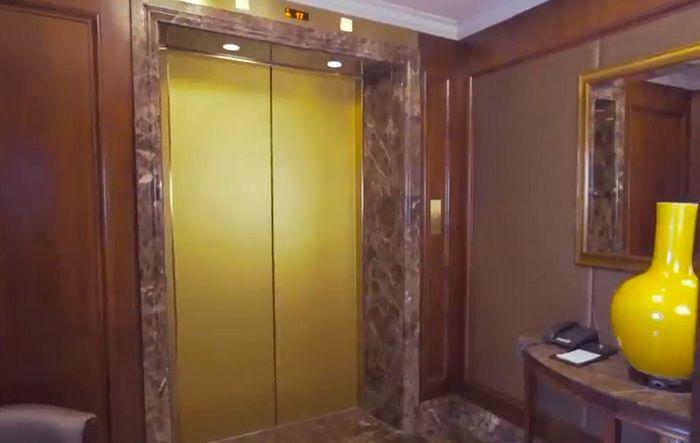 kamar ini dilengkapi dengan lift pribadi sehingga tak perlu berbagi lift dengan tamu lain