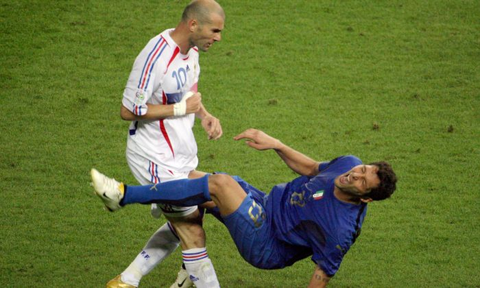 *** THE DECADE IN PICTURES *** A photo taken 09 July 2006 shows French midfielder Zinedine Zidane (L