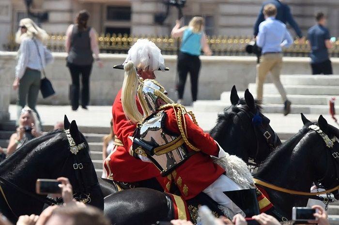 Field Marshal Lord Guthrie jatuh dari kudanya