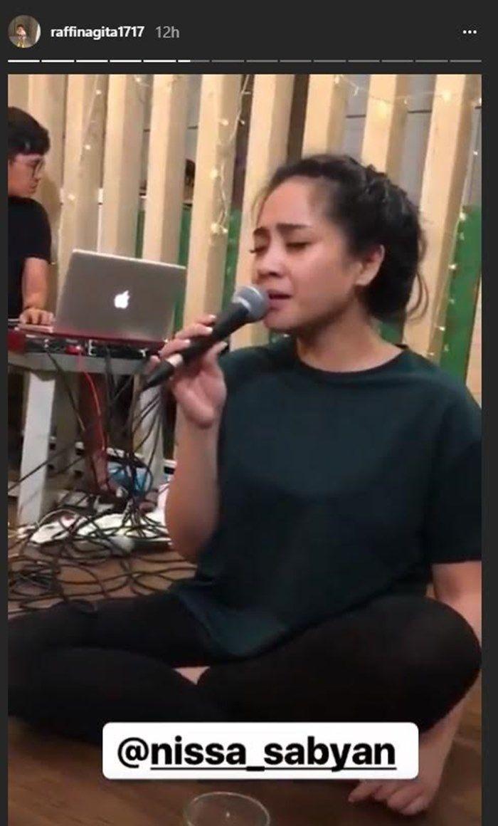 Nagita menyanyi