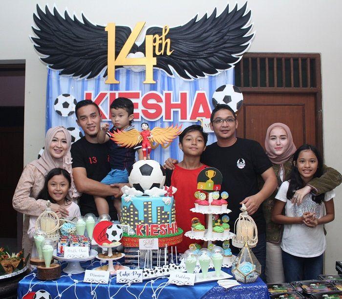 Keluarga Okie Agustina bersama suami dan Pasha Ungu didampingi Adelia Wilhelmina di acara ulang tahu