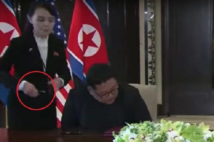 Adik Kim Jong-Un menyerahkan bolpoin yang berbeda