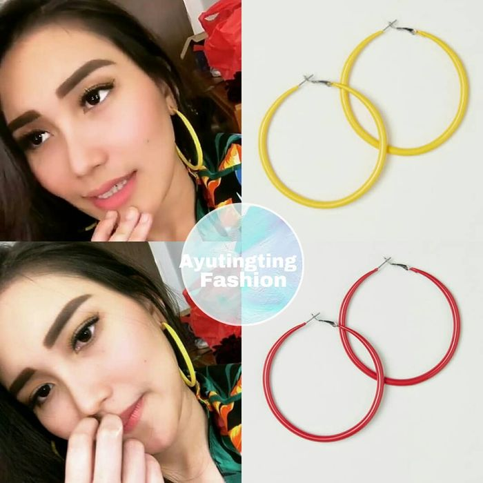Ayu kenakan hoop earrings