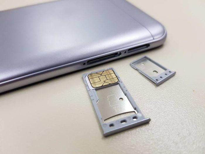 Setiap selot menyediakan kompartemen terpisah. Kompartemen pertama untuk kartu SIM dan micro-SD serta satu kompartemen lainnya untuk kartu SIM kedua.