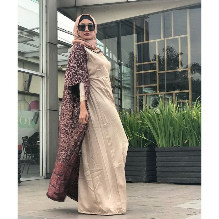 Natalie Sarah padukan long outer dengan long dress