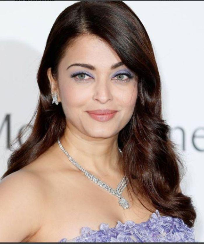 Aishwarya Rai memadukan lipstik nudenya dengan riasan mata berwarna violet