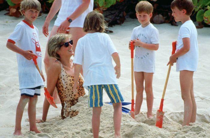 Putri Diana berlibur ke pantai