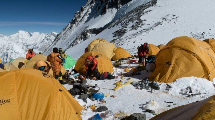 Para pendaki Everest dengan sampah-sampah mereka.